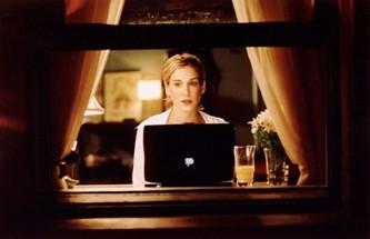 Carrie scrive il suo articolo al pc