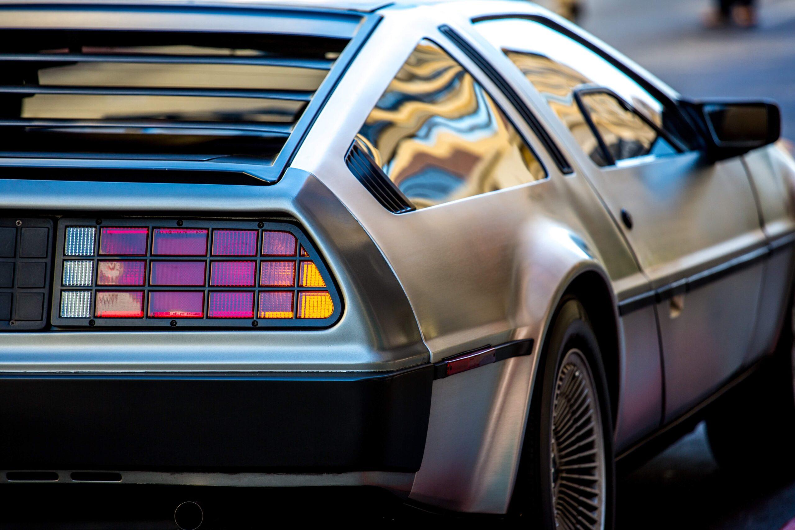 uno scatto della fiancata destra della DeLorean, il mezzo su cui il protagonista di Ritorno al Futuro Marty McFly viaggiava nel tempo