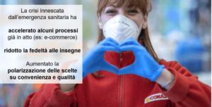 la foto ritrae una dipendente Conad che forma un cuore con le mani
