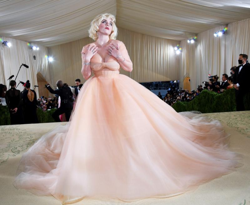 Billie Elish celebra Marylin Monroe indossando un vestito color rosa