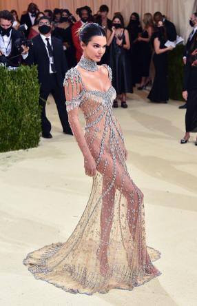 Kendall Jenner in un vestito di cristalli